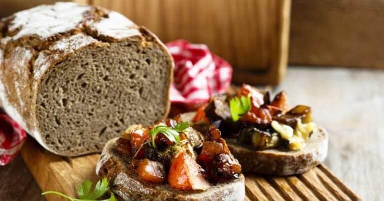 ¡Disfruta de una deliciosa bruschetta vegetariana con esta receta de berenjenas a la parrilla!