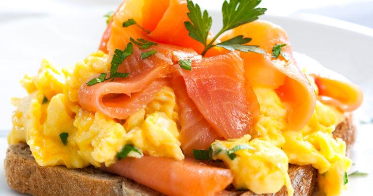 ¡Estos huevos revueltos y tostadas de salmón ahumado son súper sabrosos!