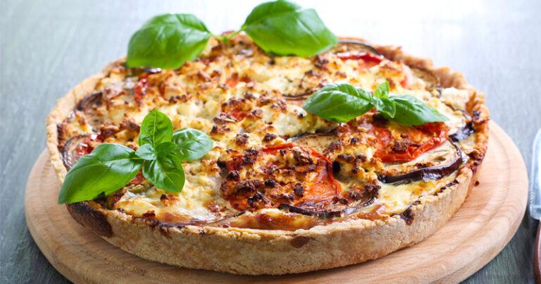 ¡Un delicioso quiche de berenjena, tomate y mozzarella para un entrante soleado!