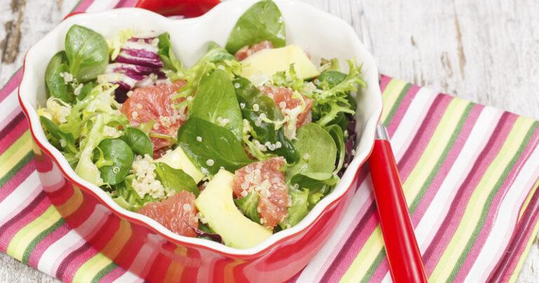 ¡Una ensalada saludable con quinua, aguacate y pomelo para un entrante fresco y fragante!