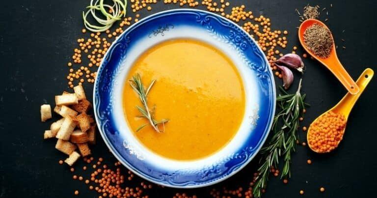 Caliéntese con la reconfortante sopa de lentejas rojas con aroma a lima