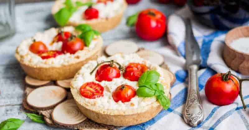 tartaletas de tomate cherry con queso fresco