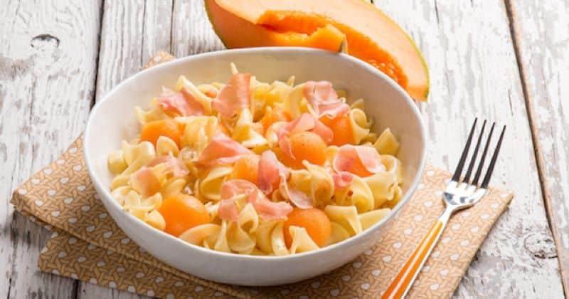 Ensalada de pasta, melón y jamón de parma