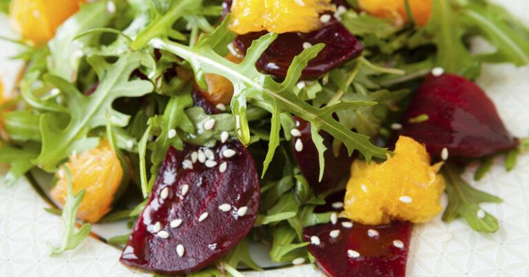 Ensalada saludable de rúcula con remolacha y naranja, ¡una gran combinación de sabores!