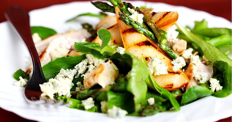 Para un entrante festivo, ¡piensa en nuestra ensalada con nueces, queso azul y peras asadas!