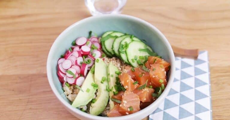 Prueba el poke bowl con salmón marinado, aguacate, pepino y rábano de Elle à Table, ¡una ensalada deliciosa y gourmet para poner en cualquier plato!